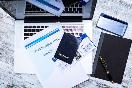 seguro: Folleto de la póliza de seguro de viaje con una tarjeta de embarque y el pasaporte