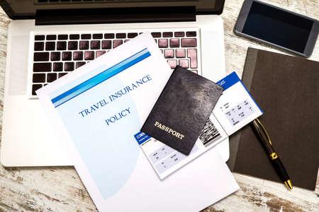 caja fuerte: Folleto de la póliza de seguro de viaje con una tarjeta de embarque y el pasaporte