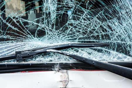 passenger buses: Autobús se estrelló contra una pared