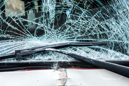 chofer de autobus: Autobús se estrelló contra una pared