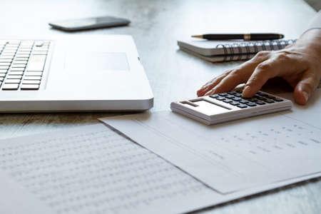 impuestos: El análisis de los números y los cálculos que hacen en la oficina