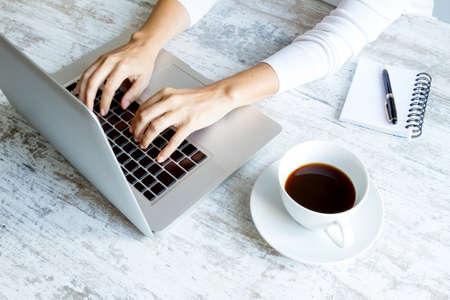 klawiatura: Praca w komputerze i picia kawy Zdjęcie Seryjne