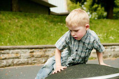 scrambling: Piccolo ragazzo biondo oscuramento in un parco giochi