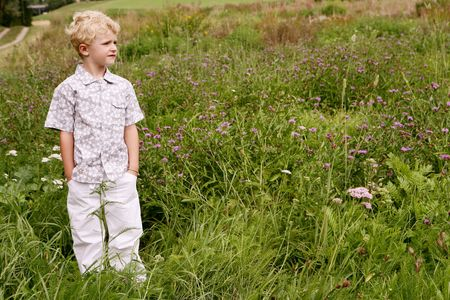 Close-up de un pequeño niño lindo Rubio posando en la naturaleza Foto de archivo - 6521371