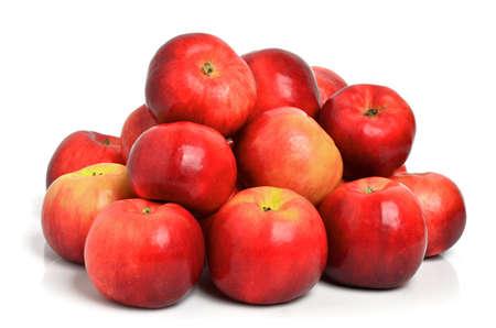 manzana roja: Las manzanas rojas aisladas en un fondo blanco Foto de archivo