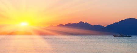 cielo despejado: Mar y monta�a en contra de un paisaje marino de verano puesta de sol Foto de archivo