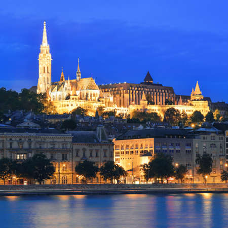 Matthias Church and Fisherman's Bastion over the Danube river at night. Budapest, Hungary. 스톡 콘텐츠