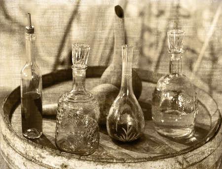 oude krant: Vintage Glas gebruiksvoorwerpen voor wijn, cognac en ChaCha proeverij op de eiken vat in een wijnkelder. Georgië. Styli van beeld in de oude krant.