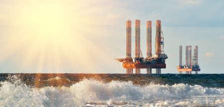 taladro: estación de mar de la producción de gas. La perforación de plataformas en el mar al amanecer contra un cielo azul