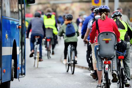 andando en bicicleta: Multitud de bicicletas Foto de archivo