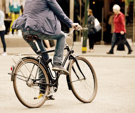 Homme à vélo dans le trafic