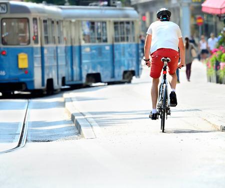 banlieue de vélos et de tramway dans la ville ensoleillée