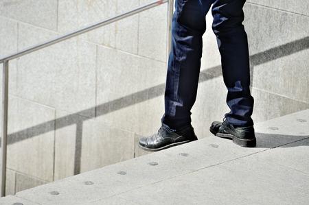 pantalones abajo: Hombre que camina por las escaleras Foto de archivo