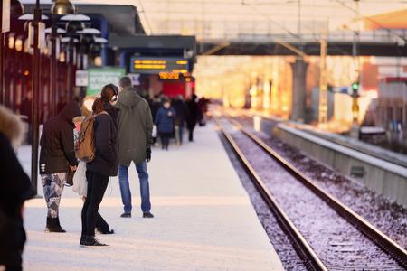 Mensen wachten op de trein, de winter platform Stockfoto