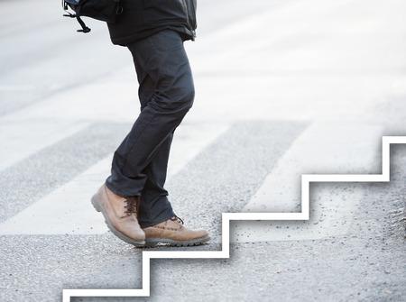 the next step: L'uomo prendendo il passo successivo