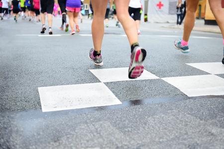 pies masculinos: Los corredores que cruzan inicio o fin de l�nea