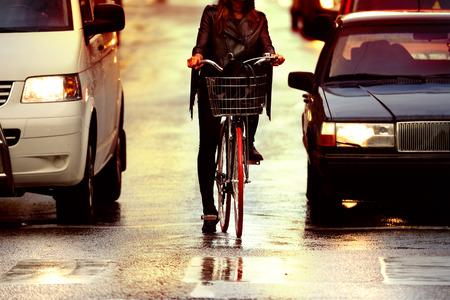 ciclista: Bike en la noche, primer plano Foto de archivo