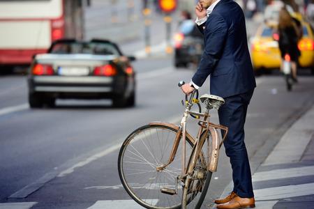 Homme en costume parfait et vieux vélo, Scène typique Stockholm