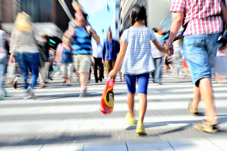 ni�os de compras: Los j�venes que cruzan la calle