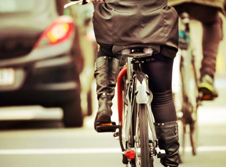 Vélos dans la soirée, dans le trafic
