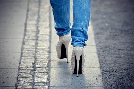 pied fille: Punk talons hauts et des jeans