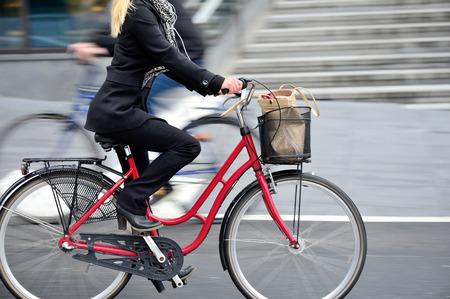 Femme en vélo dans le profil Banque d'images