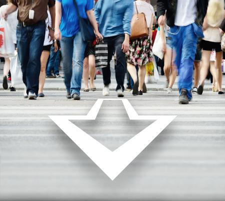 Mouvement des piétons qui traversent la rue floue, flèche Banque d'images