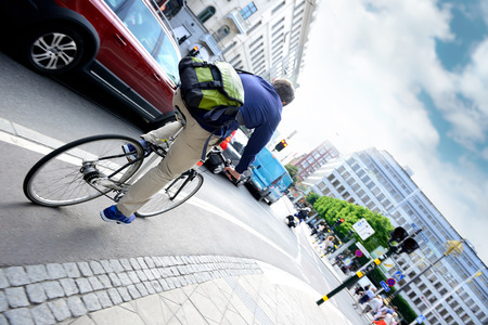 Man on bike in city traffic Archivio Fotografico