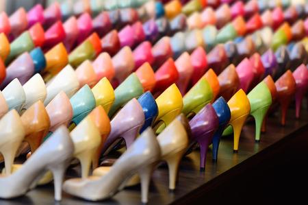 tienda de zapatos: Zapatos en escaparate tienda