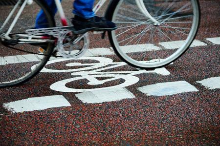 piste cyclable et une file de voiture
