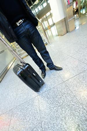 Homme d'attente avec le sac à l'aéroport