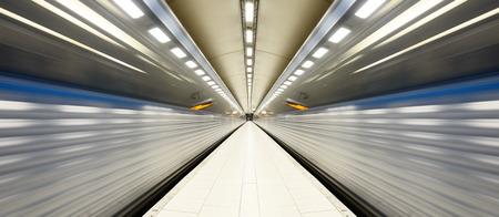 Train arrivant au métro quai de la gare