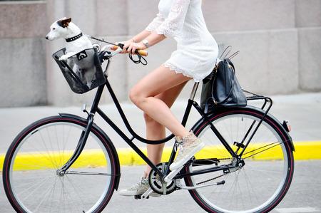jinete: Tiro lateral de la mujer en la bici
