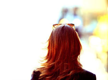 Copiez espace. Femme avec des lunettes de soleil sur le fond très lumineux Banque d'images