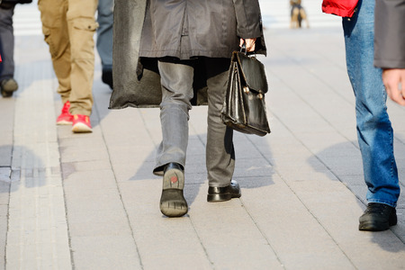Costume homme en silhouette marche dans la rue.