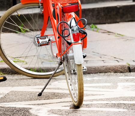 Vélo garé sur le symbole vélo