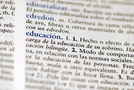 the field and in depth: Spanish dictionary definition of the word education with focus on education and a hallow field depth