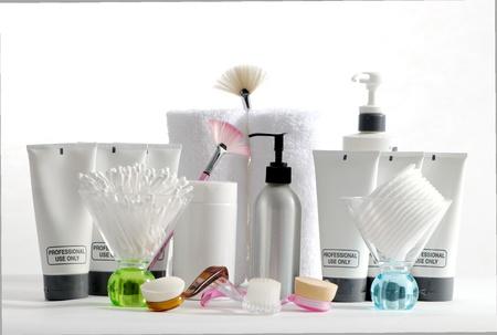 produits de beaut�: Divers produits de spa professionnels dispos�s sur un fond blanc