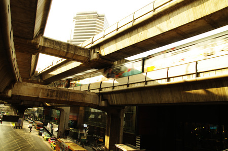 タイ、バンコクのサイアム ・ スクエアにあるスカイトレイン後半午後橋交差道路