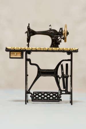 maquina de coser: Una vieja m�quina de coser cl�sica Foto de archivo