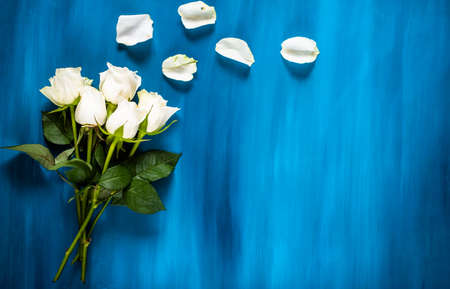 Composición de flores hecho de flores azules frescas. Plano, vista desde arriba Foto de archivo - 81866994