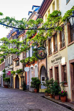 フライブルク ・ イム ・ ブライスガウ, ドイツ - 2017 年 5 月 17 日: 旧市街はフライブルク、ドイツ バーデン ・ ヴュルテンベルク州の南西部の都市の 報道画像