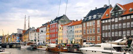Toneel de zomermening van Nyhavn-pijler met kleurengebouwen, schepen, jachten en andere boten in de Oude Stad van Kopenhagen, Denemarken