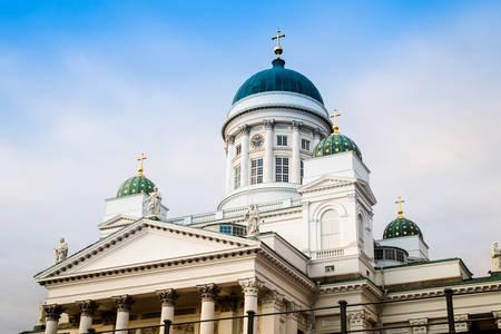 Bella vista della famosa Cattedrale di Helsinki nella bella luce della sera, Helsinki, Finlandia Archivio Fotografico - 87153517