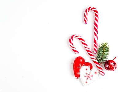 Weihnachtskomposition mit Tannenzweigen und Feiertagsverzierung auf Weiß Standard-Bild