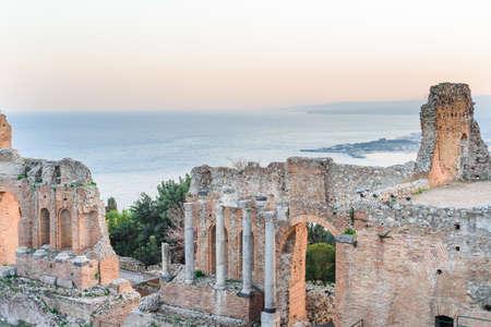 Reatre griego en Taormina, Sicilia, Italia y el volcán Etna en el fondo