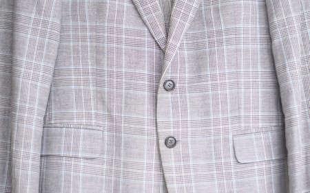 Nahaufnahme eines Knopfes auf einem Business-Anzug-Mantel mit Nadelstreifen