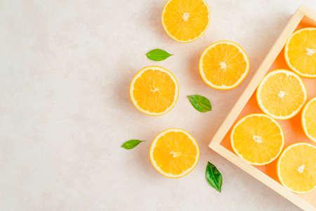 Fresh oranges on the kitchen board on table Stockfoto - 127508743