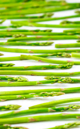 Fresh green asparagus shoots pattern, top view. Isolated over white. Food background asparagus flat lay Stockfoto - 127508751
