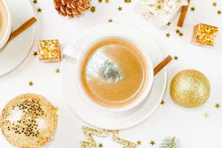 Kreatives natürliches Layout aus Wintersachen mit Kaffeetasse auf Marmorhintergrund. Flach liegen.